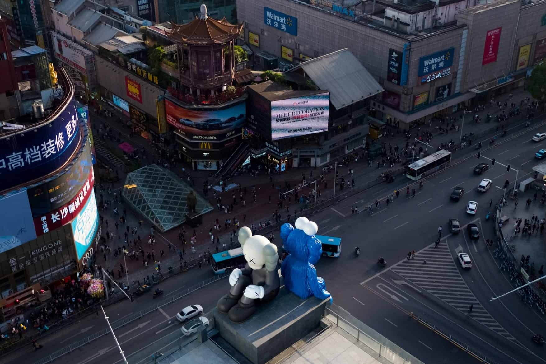 twee sculpturen van KAWS in China