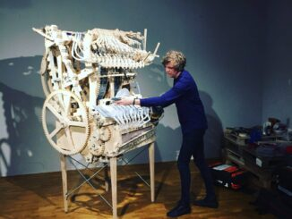 martin molin demonstreert de marble machine in museum speelklok